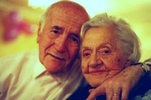 Jueves 07/12/2000. Matrimonio  ancianos. LUN.