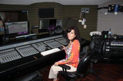 mujer y radio